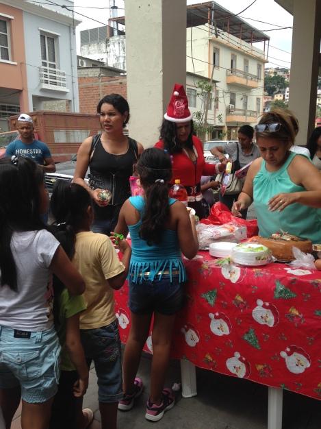 Agasajo navideño a niños y niñas por parte de Silueta X 2014 (27)