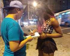 Silueta X entrega kit de salud sexual LGBT que contiene condones en Guayaquil (3)