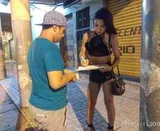 Silueta X entrega kit de salud sexual LGBT que contiene condones en Guayaquil (4)