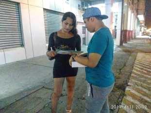 Silueta X entrega kit de salud sexual LGBT que contiene condones en Guayaquil (6)